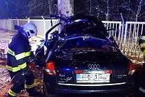 Řidič dostal smyk a narazil do stromu, nehodu nepřežil.