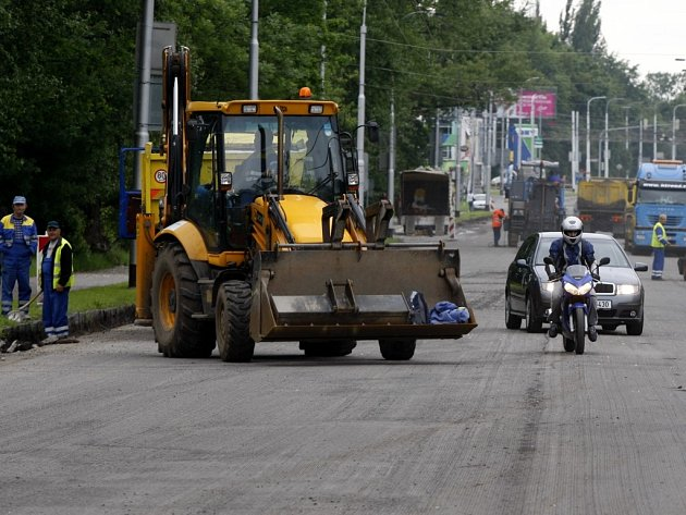 Ze zákazu vjezdu na Hradeckou ulici si někteří řidiči mnoho nedělají a kličkují v uzavírce mezi stavebními stroji.