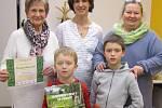 Čtenář roku Josef Krátký s babičkou, maminkou, starším bratrem a ředitelkou Krajské knihovny v Pardubicích Radomírou Kodetovou.