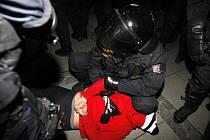 Zadržený fanoušek Hradce se snažil o přestávce napadat pardubické příznivce. Skončil v péči pořádkové jednotky.