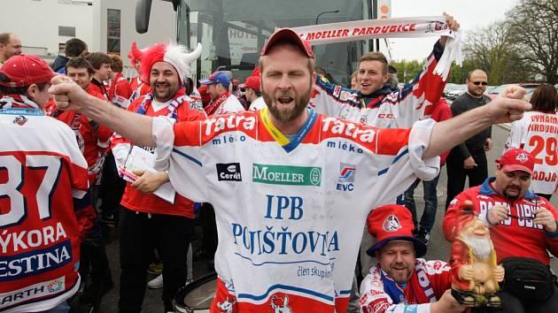 Hokejoví fandové Pardubic před odjezdem na klíčové utkání do Českých Budějovic.