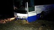 Autobus skončil mimo vozovku u Jablonného. Dostat se k němu přes zledovatělou silnici nemohl ani jeřáb hasičů.
