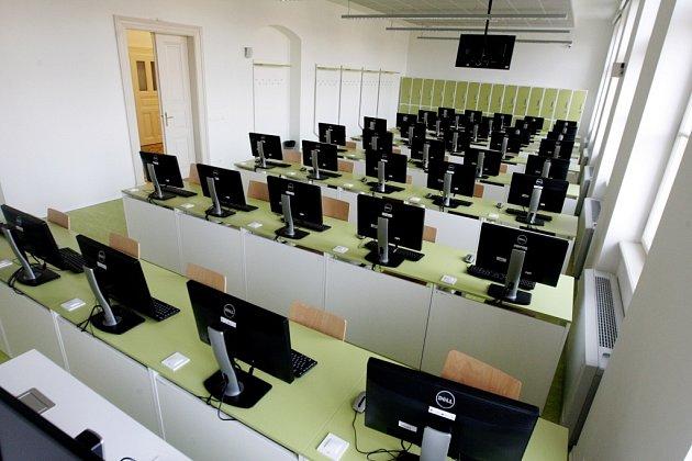 Počítačové učebny, každé patro je vyvedeno ve své vlastní barvě