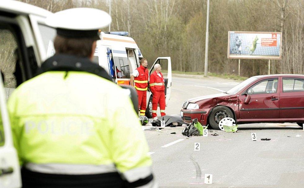 Jednačtyřicetiletý motorkář střet s osobním vozidlem nepřežil.