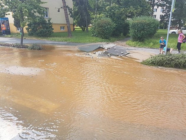 Havárie hlavního vodovodního řadu na pardubickém sídlišti Višňovka.