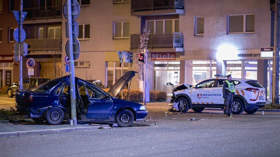 Při nehodě vozu Městské policie Pardubice s dalším osobním autem se zranili tři lidé.