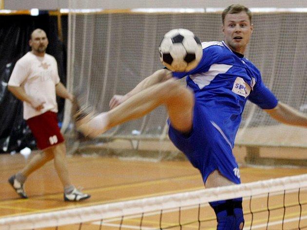 Obě haly Univerzity Pardubice  byly v sobotu dějištěm největšího halového turnaje v ČR.