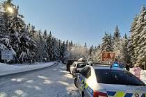 Policie řeší, že si řidiči udělali ze silnice 1/11 z Jablonného do Červené Vody parkoviště. Foto: archiv Policie ČR
