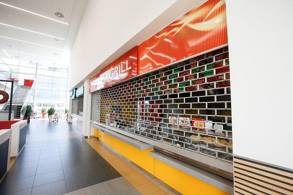 Kvůli šíření koronaviru a nařízení vlády jsou v obchodních centrech zavřené fast foofy a stánky s rychlým občerstvením.