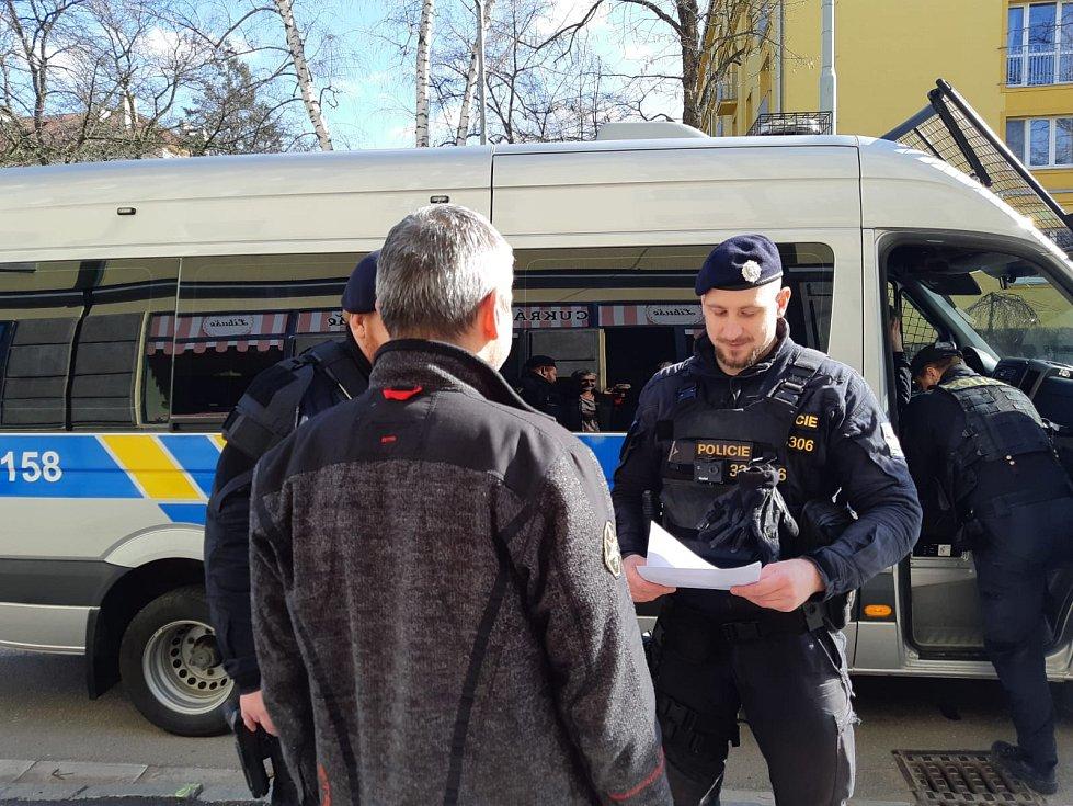 Policisté při kontrole obchodů.