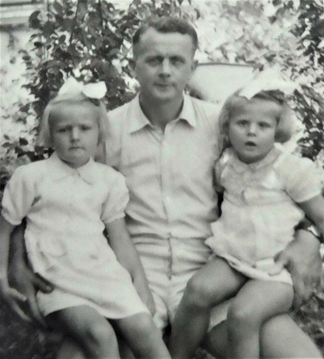 TATÍNKOVY HOLČIČKY... Jiří Zástěra byl pečlivý otec. Na snímku se svými dcerami Alenou (vlevo) a Hanou.