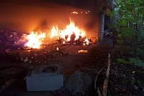 Pod mostem hořel odpad, docházelo i k menším výbuchům.