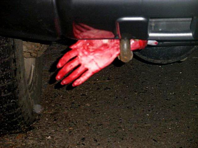 Utržená ruka pod nárazníkem terénního vozu byla jen dobře naaranžovanou atrapou