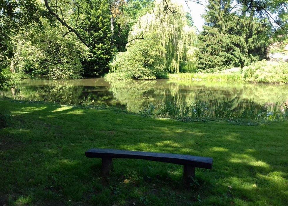 Zámecký park v Cholticích.