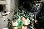 Bývalé tiskárny ve Smilově ulici. PET lahví od laciného vína je tu po kolena, o zápachu ani nemluvě.