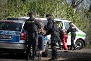 Dvojici útočníků si nakonec přebírá hlídka Policie ČR.