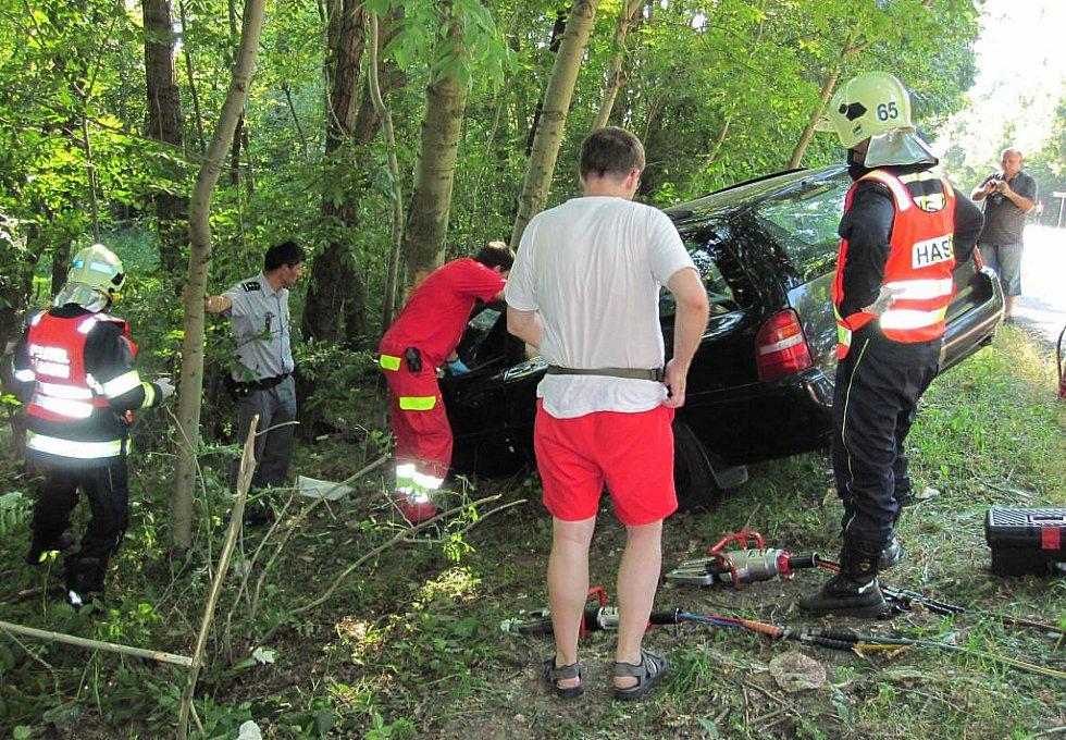 Náraz do stromu stál život řidiče mezi Chvaleticemi a Přeloučí