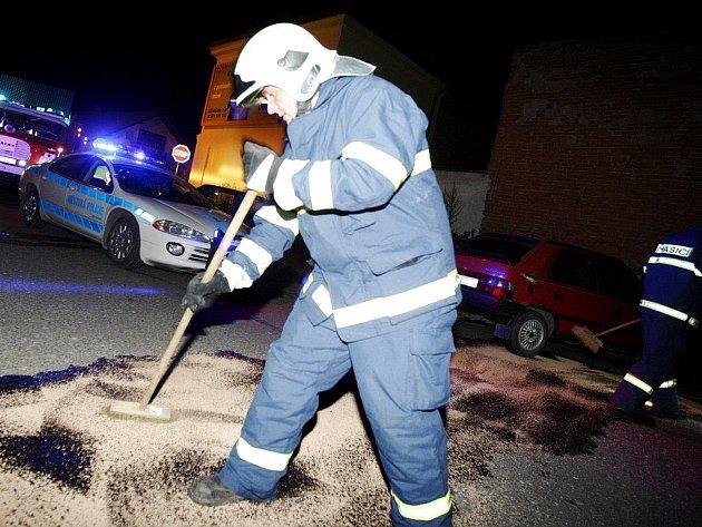Benzín z proražené nádrže museli kvůli nebezpečí požáru zlikvidovat přivolaní hasiči