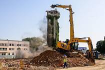 V Pardubické krajské nemocnici začal stavební bagr demolovat jednu z dominant Pardubic. Zbývající 21 metrová část z původně 38metrové stavby dokončené v rámci přestavby nemocnice ve 30. letech minulého století se poroučí k zemi.