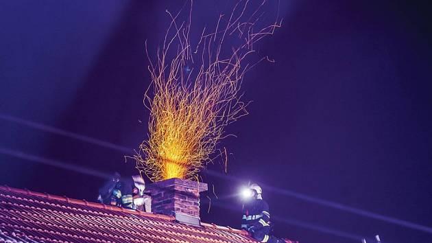 Hořící saze v komíně. Ilustrační foto