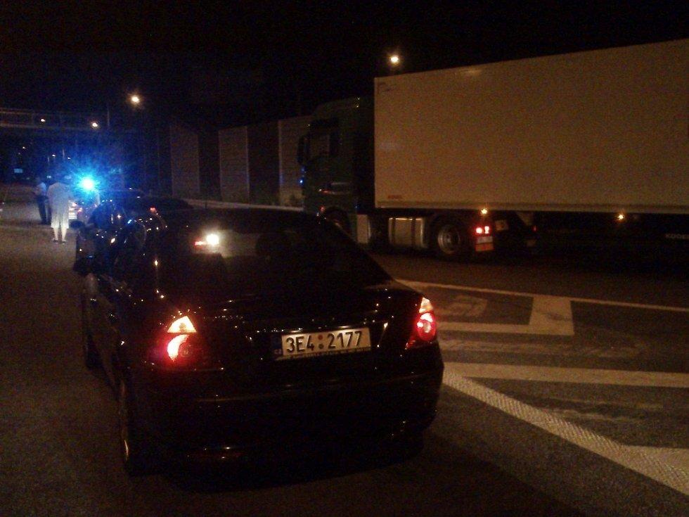 Kvůli hlášenému řidiči v protisměru policisté u Doubravického nadjezdu zastavili dopravu.