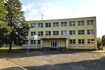 Budova základní školy na sídlišti Na Lužci byla původně postavena jako štáb.