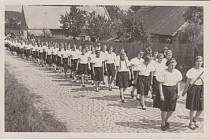SOKOLSKÝ průvod v Cholticích, rok 1936.