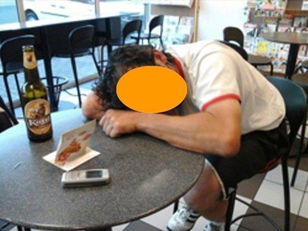 Spícího muže na bezníce museli strážníci probudit a odeslat prospat jinam.