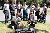 U pomníčku v místě nehody si památku kolegů připomněli hasiči z pardubické stanice