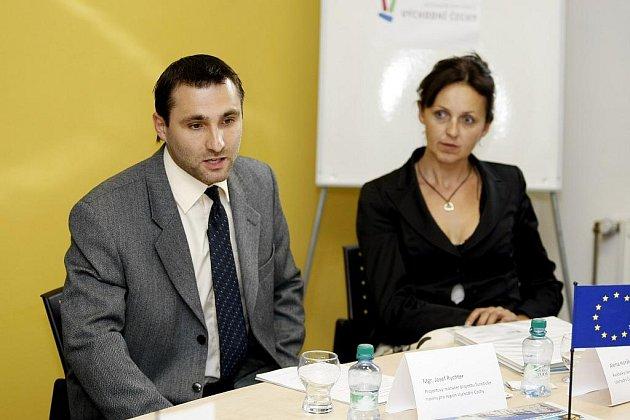 PRVNÍ ČÍSLO TURISTICKÝCH NOVIN představili na tiskové konferenci projektový manažer Josef Rychter a ředitelka Destinační společnosti Východní Čechy Alena Horáková.