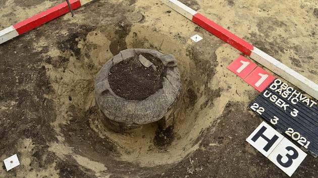 Keramická nádoba – urna, s pozůstatky žárového pohřbu z mladší doby bronzové (1250 – 1000 př. n. l.) Zdroj: VČM