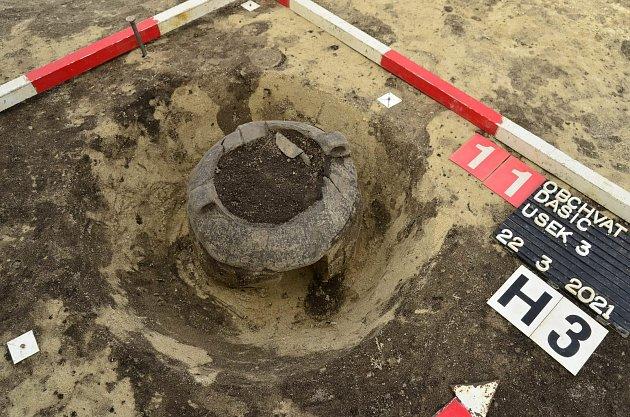 Keramická nádoba – urna, spozůstatky žárového pohřbu zmladší doby bronzové (1250 – 1000př. n. l.) Zdroj: VČM