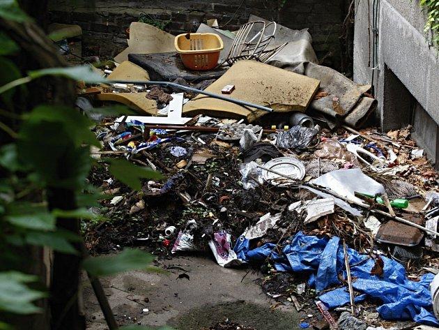 Jako na skládce komunálního a nebezpečného odpadu si mohou připadat obyvatelé domu číslo 46 na ulici Karla IV. v Pardubicích.