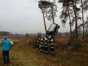 Vážná dopravní nehoda u Pohřebačky. Automobil skončil zaklíněný ve stromech u cesty.