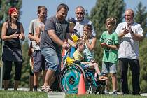 Letní sportiáda školy Svítání začala netradičním pětibojem. Jednou z disciplín byl slalom – zdravý člen týmu tlačil spoluhráče na vozíčku. Sportiáda bude trvat až do pátku 12. srpna.