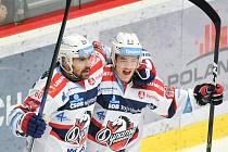 Zleva Tomáš Rolinek a Jordann Perret z Pardubic.