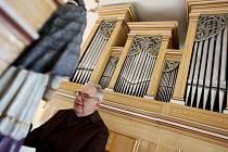 Varhaník Josef Jirsa zkouší zrenovované varhany v kostele Sv. Jiří v Býšti