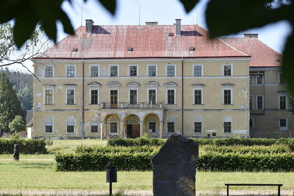 Po pobytu dvou armád a dlouhé době na vyjasnění vlastnictví byl zámek v žalostném stavu. Obec jeho oprava teprve čeká.