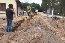 K narušení plynovodu došlo pravděpodobně při výkopových pracích. V těsné blízkosti je nyní prováděna rekonstrukce mostku, je možné, že narušení středotlakého potrubí s opravou souvisí.
