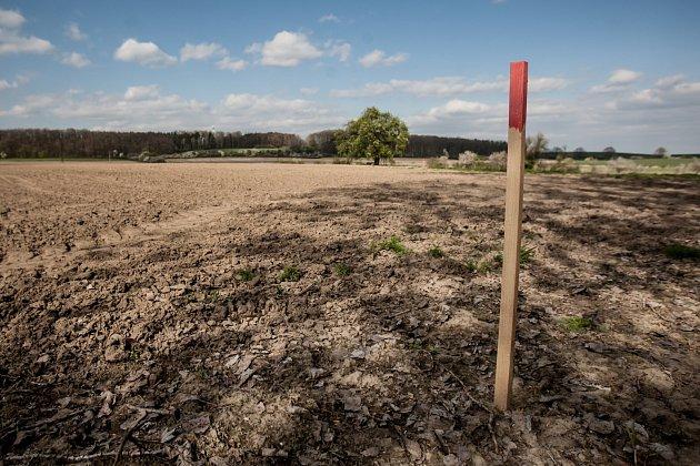 Kolíky v trase budoucí silnice R35 u obce Časy. O plánovanou trasu ale vedou silničáři stále spory s majiteli pozemků.