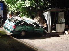 8. června. Řidič s felicií náraz do zdi nepřežil