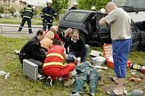 Tragédi na Hůrkách. Záchranáři bojují o život mladého muže a mladé ženy z havarovaného fordu. Řidiči už bohužel není pomoci