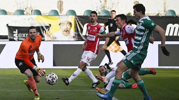 Tomáš Necid z Bohemians (vpravo) střílí gól. Zleva brankář Pardubic Marek Boháč, Jan Jeřábek z Pardubic a Jan Prosek z Pardubic.