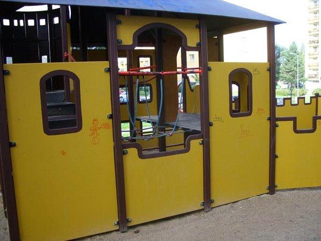 Počmáraný hrad na dětském hřišti. Autoři čmáranic byly děti z prvního školní stupně.