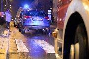 Řidička na přechodu přehlédla starší ženu a srazila ji.