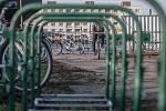 Čistý zůstal pouze jediný stojan. K ostatním cyklisté stále kola zamykají. Komplikují tím ale jejich stěhování.