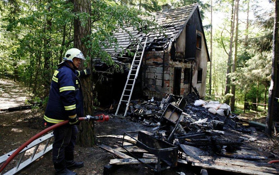 V hořící chatě našli hasiči granát a proto přivolali i policejního pyrotechnika. Naštěstí šlo ale jen o neškodnou atrapu