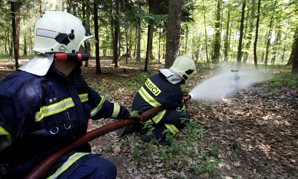 Větší problém nakonec představovala plynová láhev. Hasiči ji museli ochlazovat proudem vody