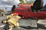 Dvanáct jednotek dobrovolných hasičů z celého kraje v Pardubicích poměřilo své síly v soutěži ve vyprošťování při dopravní nehodě.