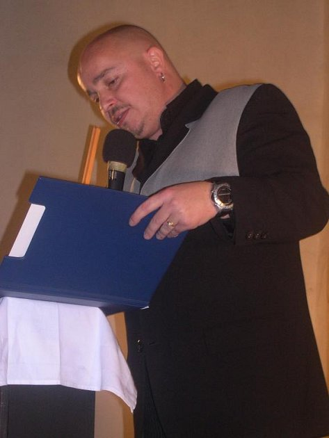 Moderátor i licitátor Zdeněk Izer